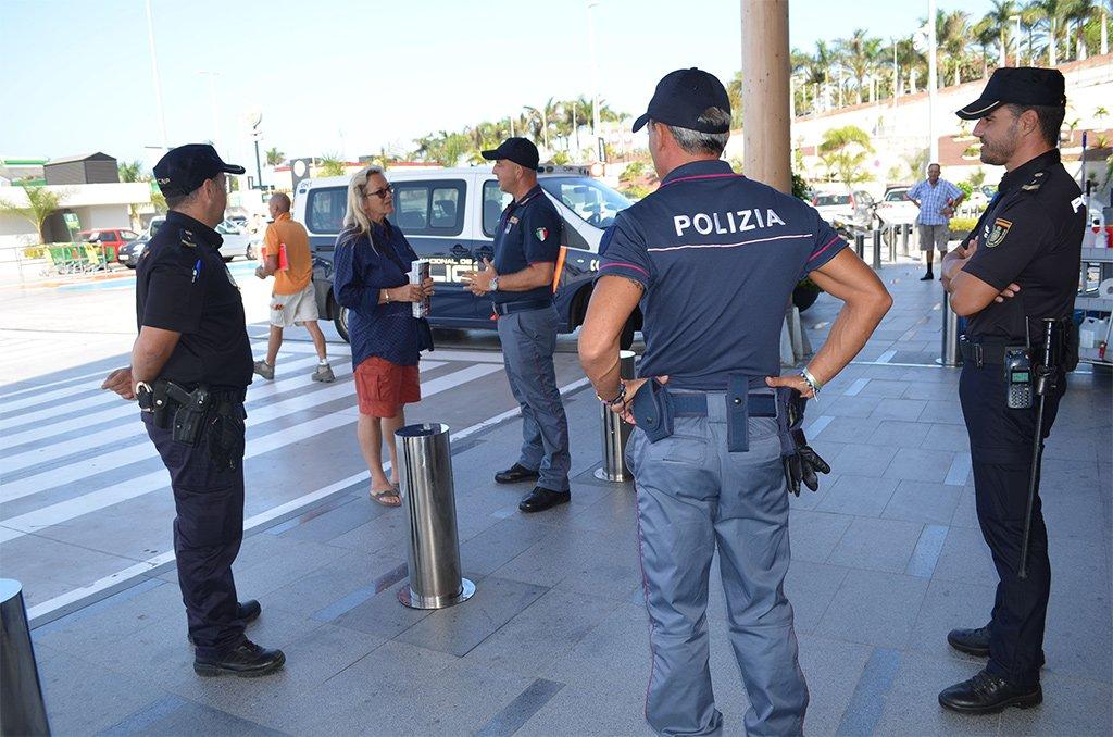 Двое агентов итальянской Polizia di Stato патрулируют на юге Тенерифе совместно с Национальной полицией