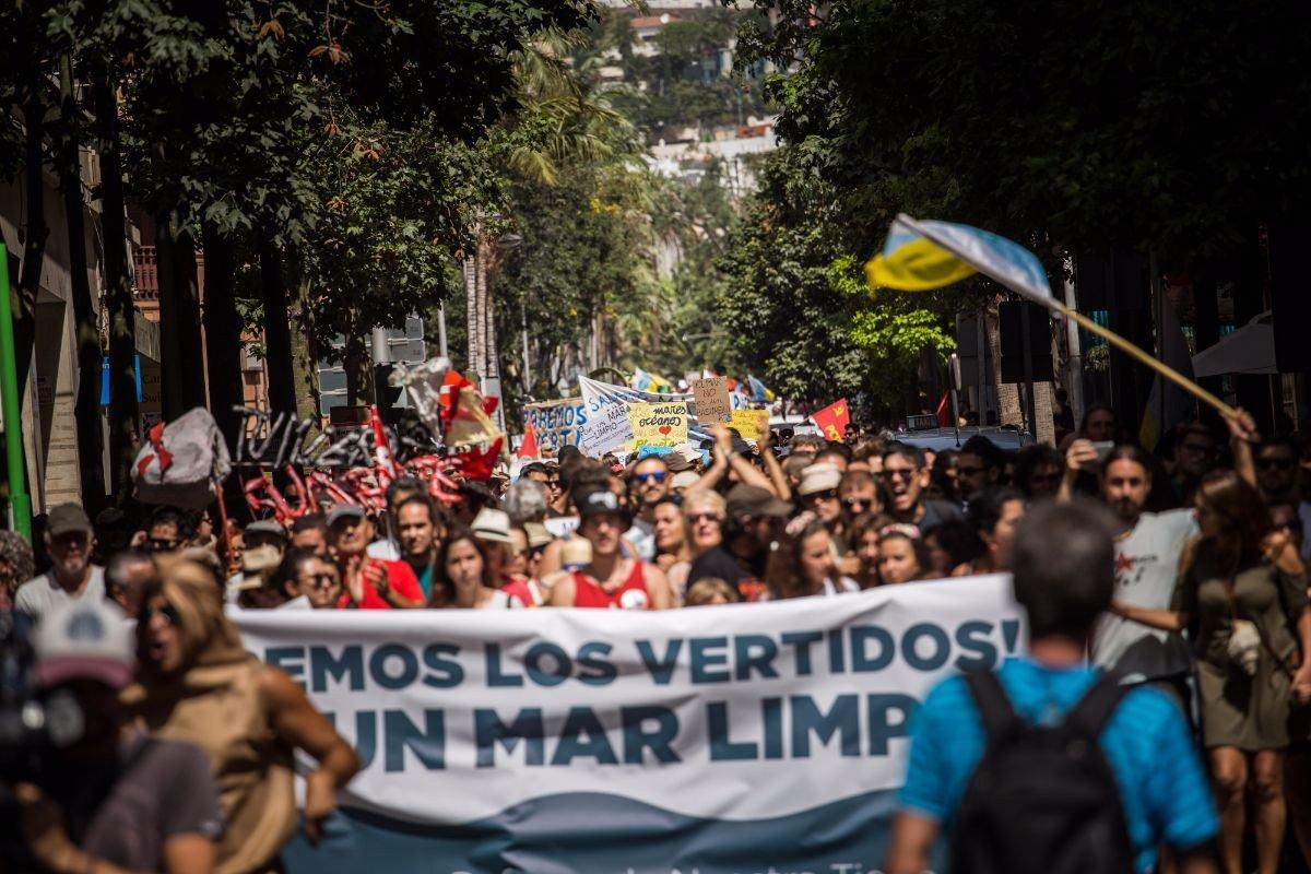 Недовольные загрязнением океана, жители Тенерифе вышли на улицы столицы