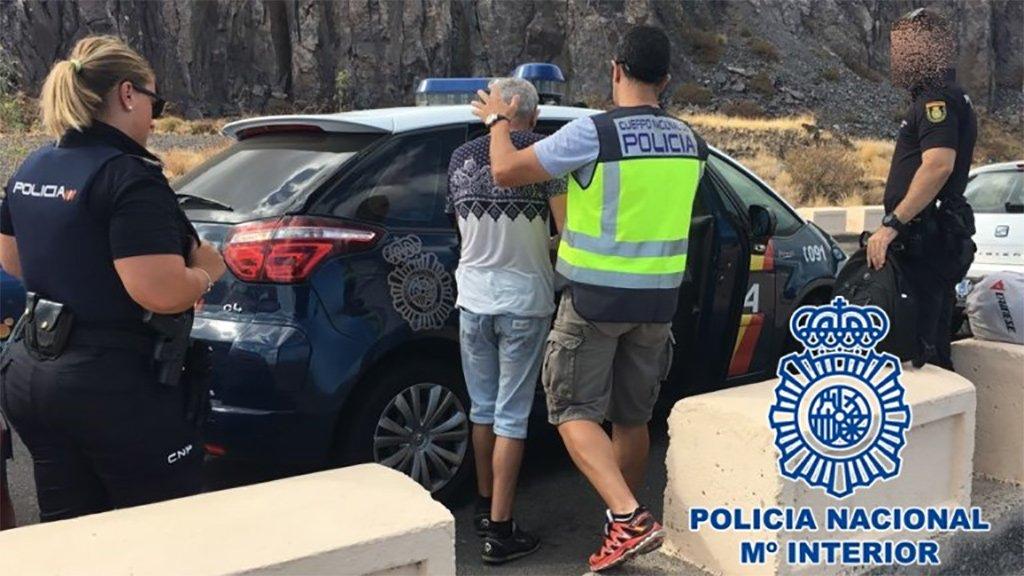 Агенты Национальной полиции арестовали мужчину во время попытки обокрасть машину