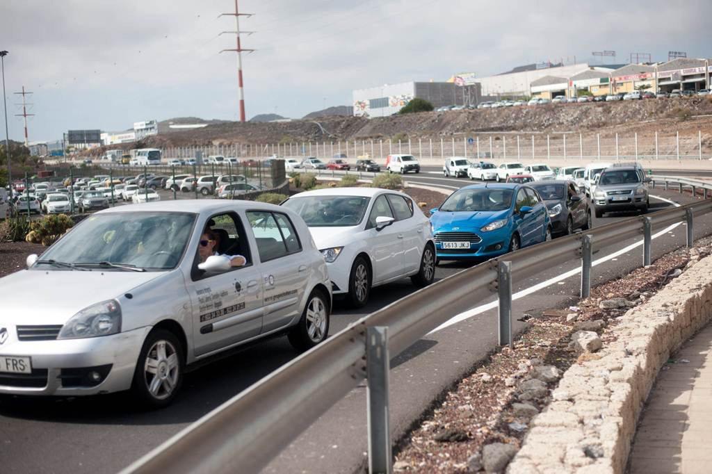 """Предприниматели юга Тенерифе недовольны """"пробками"""" с дорогами и на дорогах"""