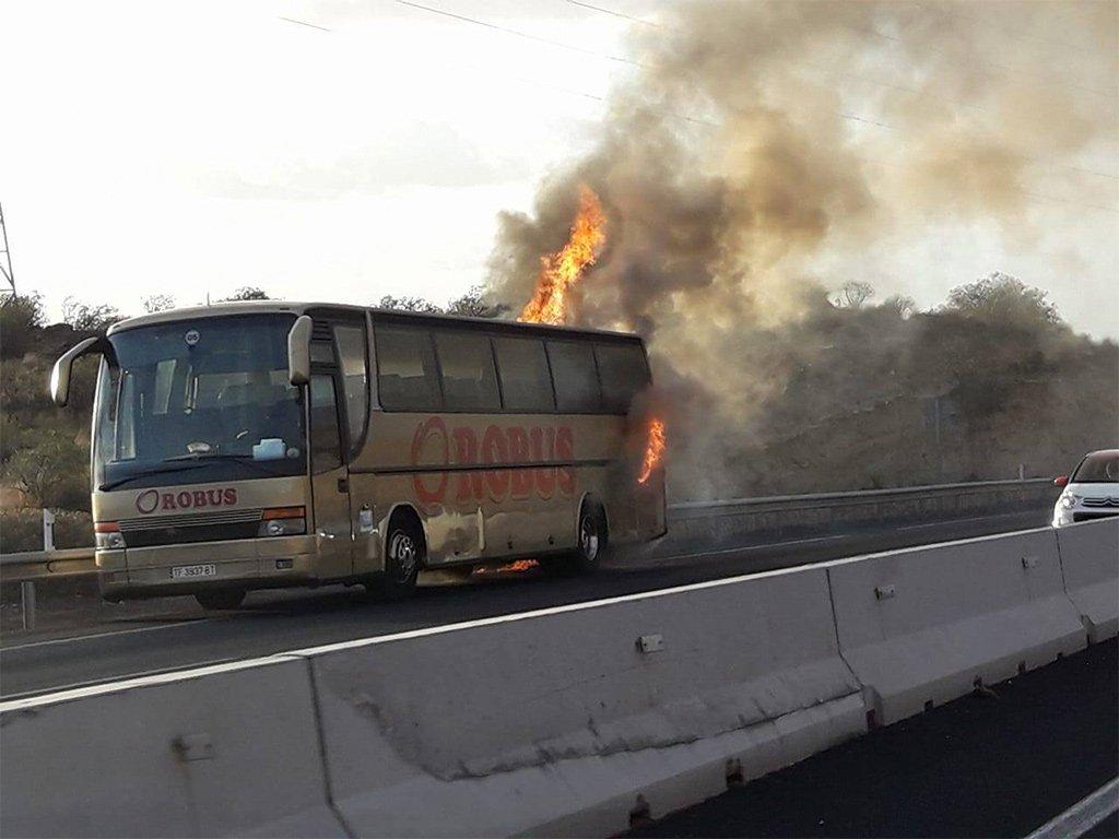 На шоссе TF-1 сегодня утром полностью сгорел автобус