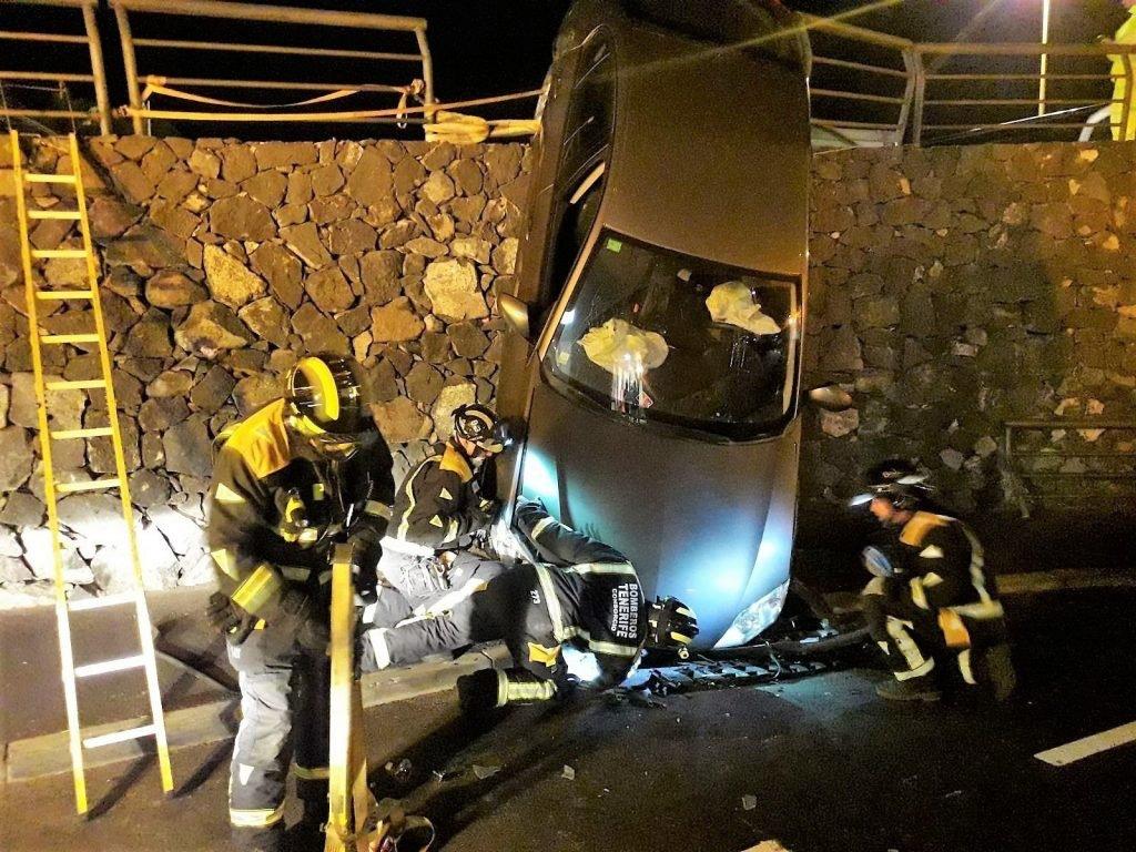 Спасли водителя автомобиля, упавшего с высоты в два метра