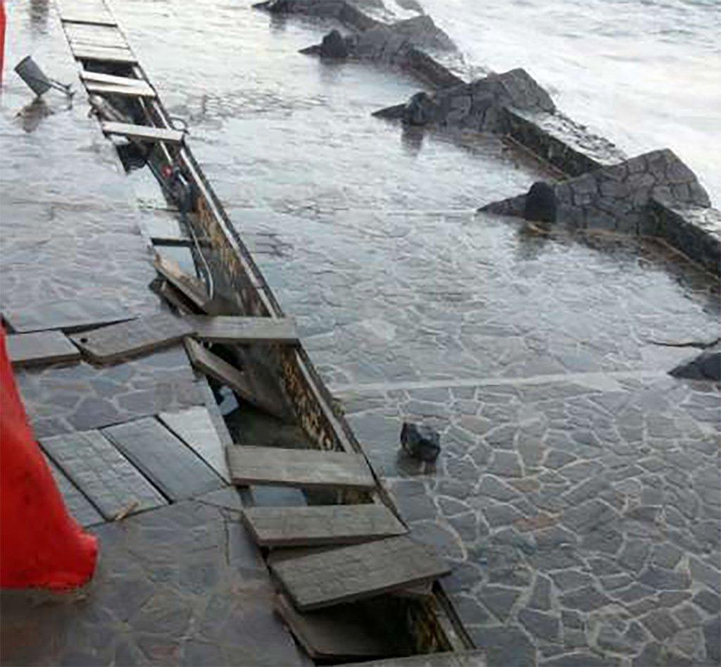 Океан в очередной раз разрушил бассейн в Candelaria, на Тенерифе