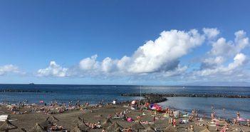 Наконец-то Arona снова заведует раздачей лежаков и зонтов на пляже Troya и оборудует его душем и туалетом