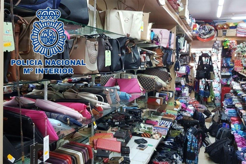 Конфискации в 28 торговых точках в Adeje и Arona, продающих поддельные товары