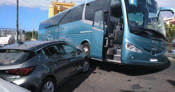 Лёгкий испуг в Adeje: автобус столкнулся с двумя авто