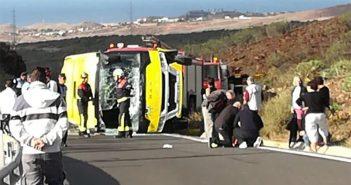 Перевернулся туристический микроавтобус с почти двумя десятками людей