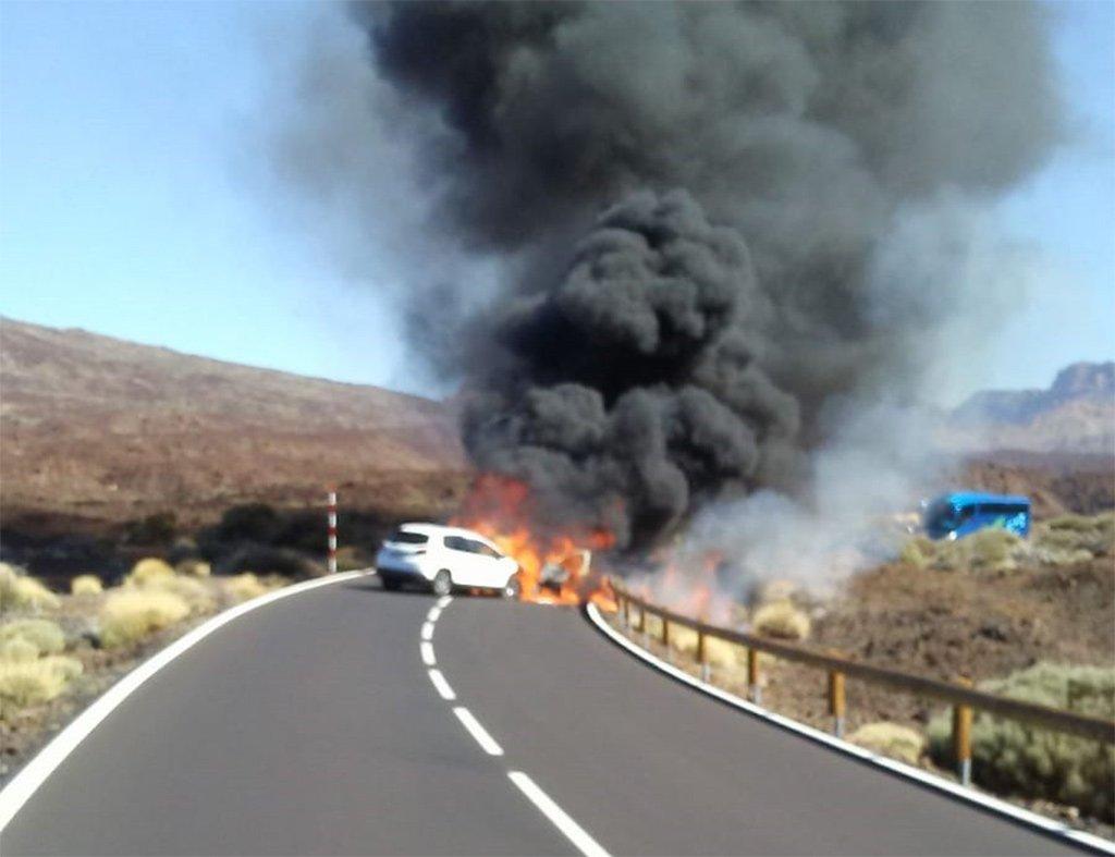 Лобовое столкновение в Las Cañadas del Teide. Сгорели две машины