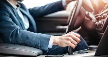 Неправильно держите руки на руле автомобиля? Готовьтесь к штрафу