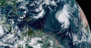 Ураган Lorenzo пока что сохраняет силу в Атлантике