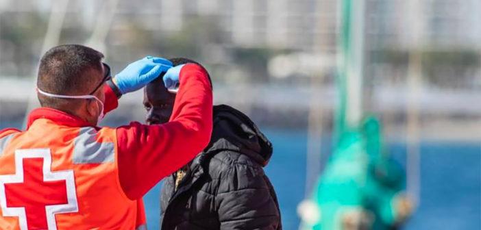 Мигранты из Африки прибывают на Канарские острова несмотря на вирус