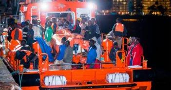 """Feliz dia de Canarias: """"поздравить"""" прибыли три лодки с иммигрантами"""