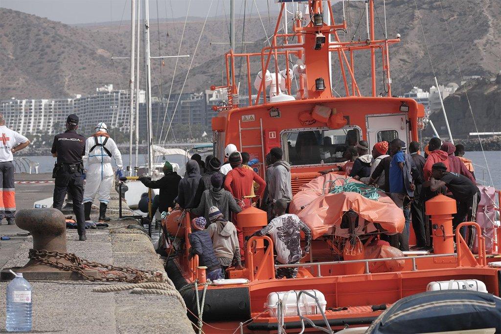 Десятки мигрантов погибли, пытаясь добраться до Канарских островов