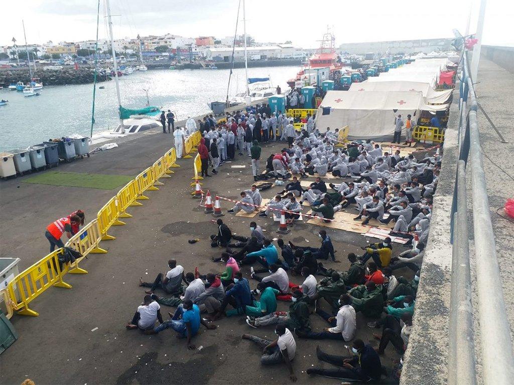В Málaga скончался полицейский после участия в приёме мигрантов на Канарах