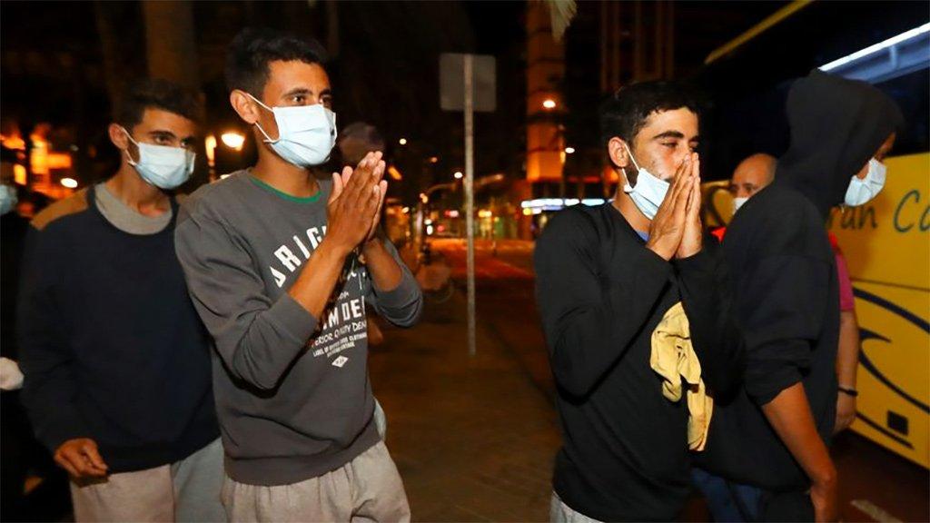 Хаос с мигрантами на Гран Канария: МВД выставило сотни их на улицу без еды и крыши