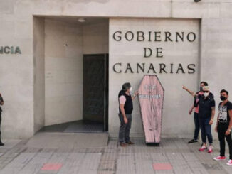 Гроб у здания правительства Канар - отельеры снова выходят на протесты
