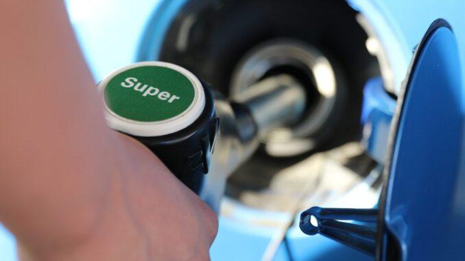 Впервые с ноября снизились цены на бензин и дизельное топливо