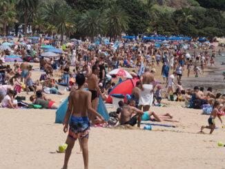Островитяне на выходные дни сбежали на пляжи, некоторые были переполнены